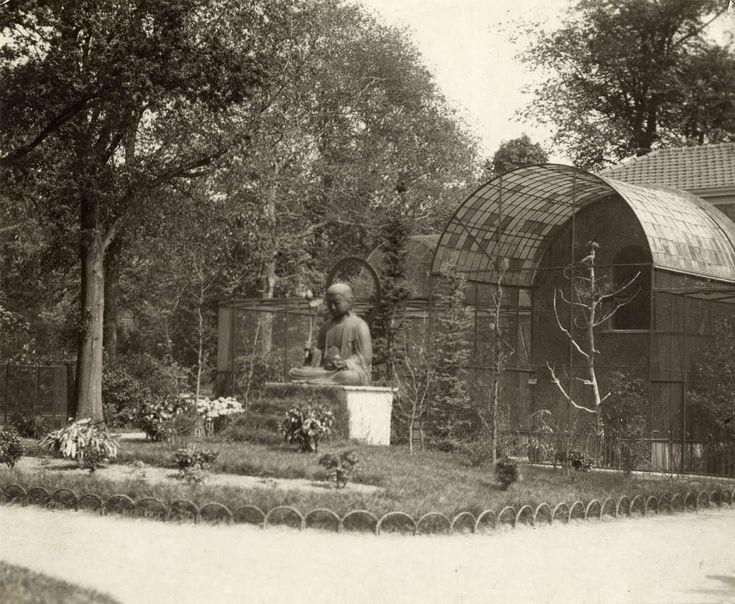 Artis. Het Boeddha beeld in Artis vlakbij de volière. Amsterdam, 1918.