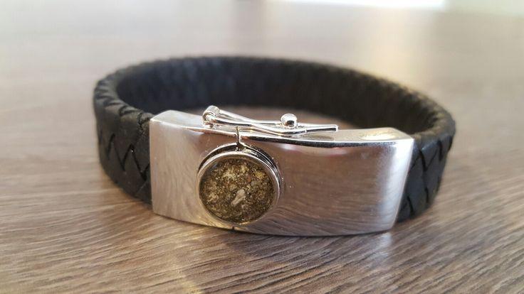 Armband met in de zilveren sluiting zichtbaar een kleine hoeveelheid as verwerkt. www.gedenkenschenk.nl