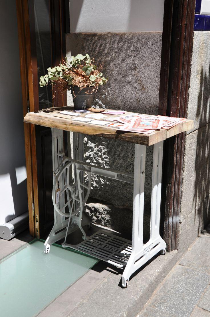Mesa realizada con la base de una m quina de coser singer - Mesas para coser a maquina ...