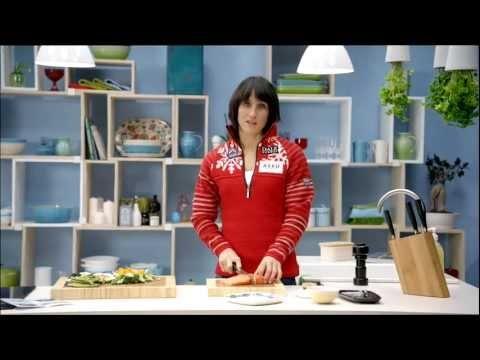 Bilde av skistjernen Marit Bjørgen i reklamefilm hvor hun lager laksewok, som er sunt og hjertegodt. Bakgrunnen er hennes engasjement som hjerteambassadør for LHL og hjertelig hilsen- kampanjen.