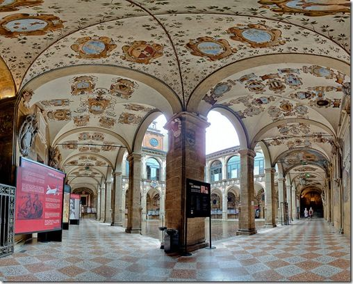 Hermosa arquictectura de la Univeridad de Bologna,la mas antigua del mundo.