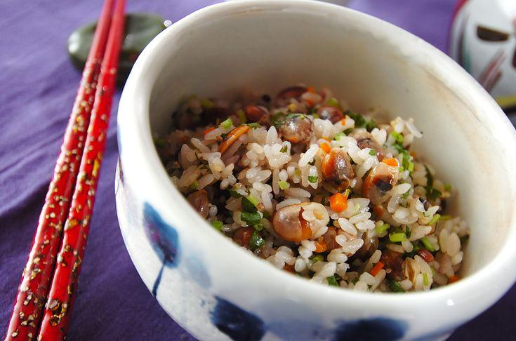 炒った大豆が香ばしいご飯です。よく噛むほど大豆とお米の甘みが広がります。最初に大豆を炒ってしまったら、後は炊飯器におまかせのお手軽メニュー。炒り大豆雑穀ご飯[和食/ご飯もの(寿司、ご飯、どんぶり)]2009.06.19公開のレシピです。
