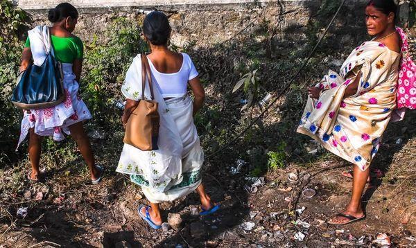 Как пиsают женщины в Индии