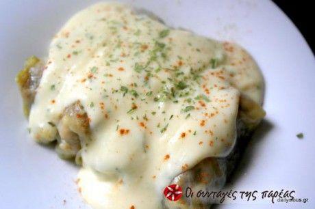 Λαχταριστοί και χορταστικοί λαχανοντολμάδες με κιμά και μία άσπρη κρέμα με λεμόνι που αναβαθμίζει το πιάτο σε γκουρμέ πρόταση.