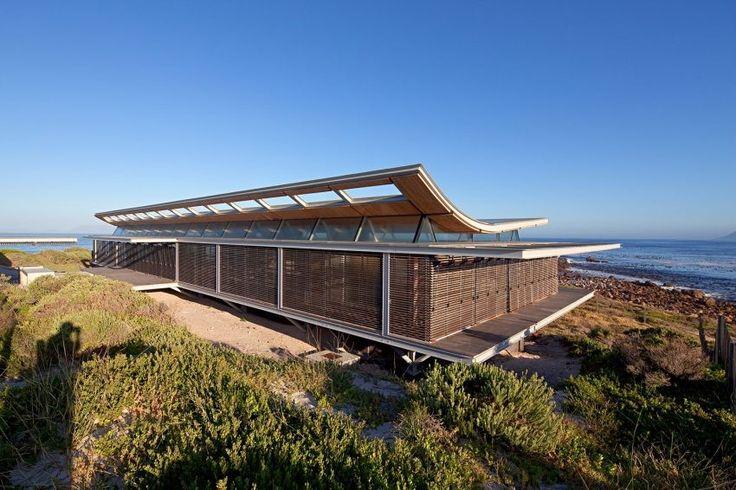 La « Rooiels Beach House « est déjà particulière de part son extraordinaire emplacement au bord de l'océan à Cape Town en Afrique du Sud.  Presque entièrement réalisée avec du métal pour affronter les éléments et pour sa modularité, cette maison se veut ouverte sur son environnement. Son exo-façade en bois lui permet de s'ouvrir entièrement ou partiellement, le toit en forme de coque de bateau facilite la prise au vent de l'ensemble. Côté design intérieur, ce sont le minimalisme et le...