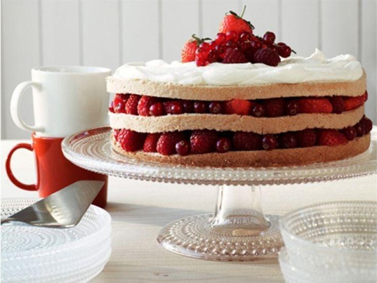 De lekkerste taart serveer je op de mooiste taartschaal: Iittala Kastehelmi Taartstandaard. #taartplateau #gebakjes #hapjes #feest #taart