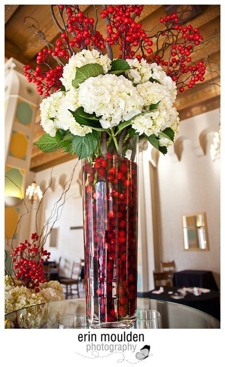 Red berries and white flowers centerpiece. Maybe good idea with green grapes and purle flowers, vise versa