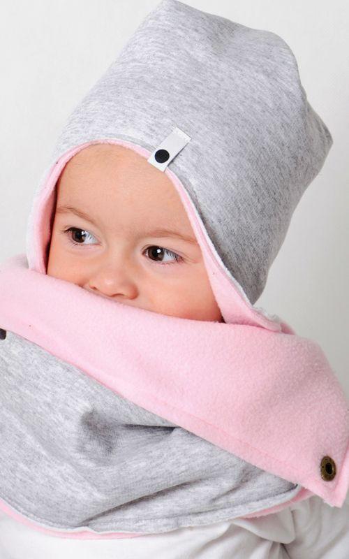 Idealna na zimę dwustronna czapka. Połączenie bawełny i polaru idealnie chroni głowę i uszy dziecka przed zimnem. LaMama