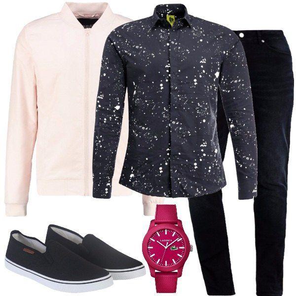 Total look pensato per un'uscita tra amici serale formato da un bomber rosa chiaro, un paio di jeans baggy blu scuro, una camicia di cotone nera con stampa, un paio di slip on nere con suola bianca e per concludere un orologio Lacoste.