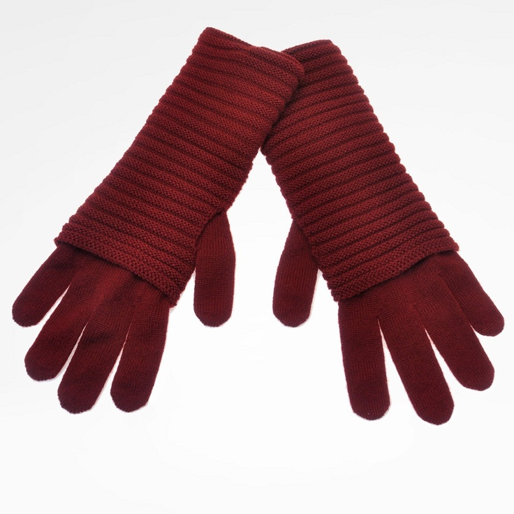 Gloves in soft pure cashmere. With extendable wristband and details in link stitches. Can coordinate with other creations by the same designer.