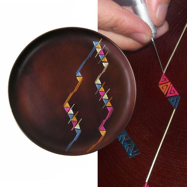 Plat en bois tourné orné de motifs en marqueterie de paille, réalisé à la main par des maitres artisans à Pasto dans le sud de la Colombie