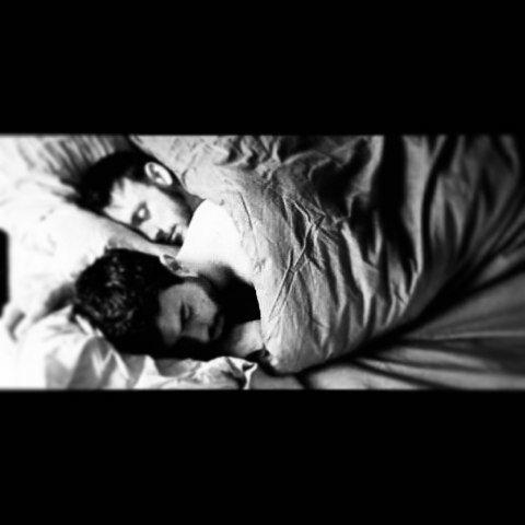 Silêncio; Aquele momento em que não precisamos mais de palavras... A luz do celular ilumina as roupas jogadas pelo chão enquanto nos olhamos em silêncio. Nada mais tem importância e o tempo deveria parar... Silêncio; Vamos adormecendo embalados apenas por nossas respirações... Eu não me canso de te olhar... Xiiii!!! Silêncio... #boanoite #silencio #ursos #gay #bear #daddy #barba #love #juntos #instaboy #mans by aleassismaia