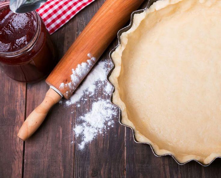 1.Zdrobește într-un mixer biscuiții și nuca. 2.Amestecă laptele cu zahărul, cacaua și pune pe foc mic. 3.Când zahărul s-a topit, dă deoparte și adaugă 250 g de unt, esența și romul. 4.Toarnă amestecul peste cel de biscuiți și nucă și amestecă. 5.Unge foile de napolitană cu aceeastă cremă și presează bine foile între ele. 6.Înfoliază …