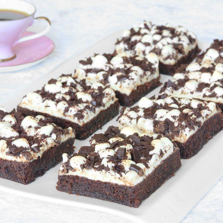 En lätt kladdig browniebottnen med ett härligt marshmallowstäcke och krossad choklad. Gudomligt gott!