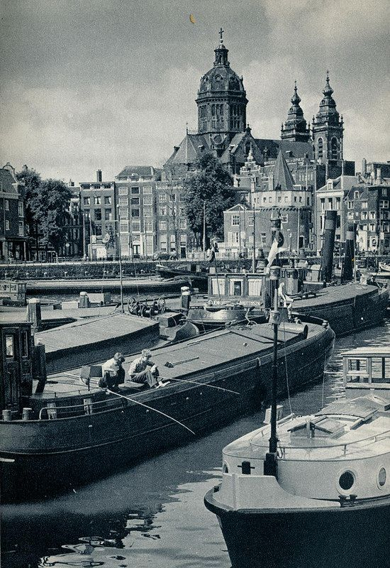 1959. View on the Open Haven Front from the Prins Hendrikkade in Amsterdam. In the background the Schreiertoren and Sint Nicolaaskerk. #amsterdam #1959 #openhavenfront