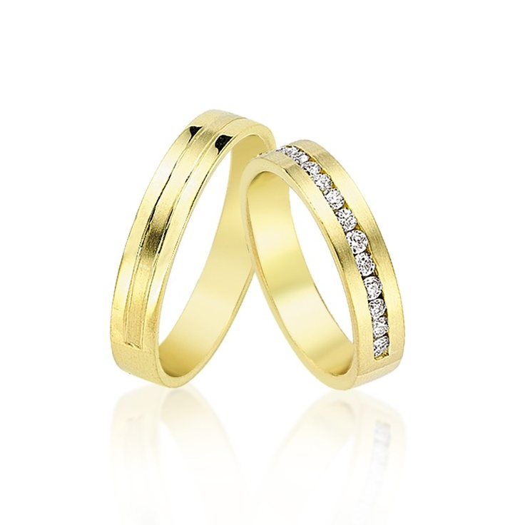 Modelul Ace din colectia Manual este preferat datorita latimii sale - doar 4.5 mm. Clasica, simpla si delicata, cu detalii de cristale sau diamante doar pe jumatate din verigheta.   http://goo.gl/dNNKo
