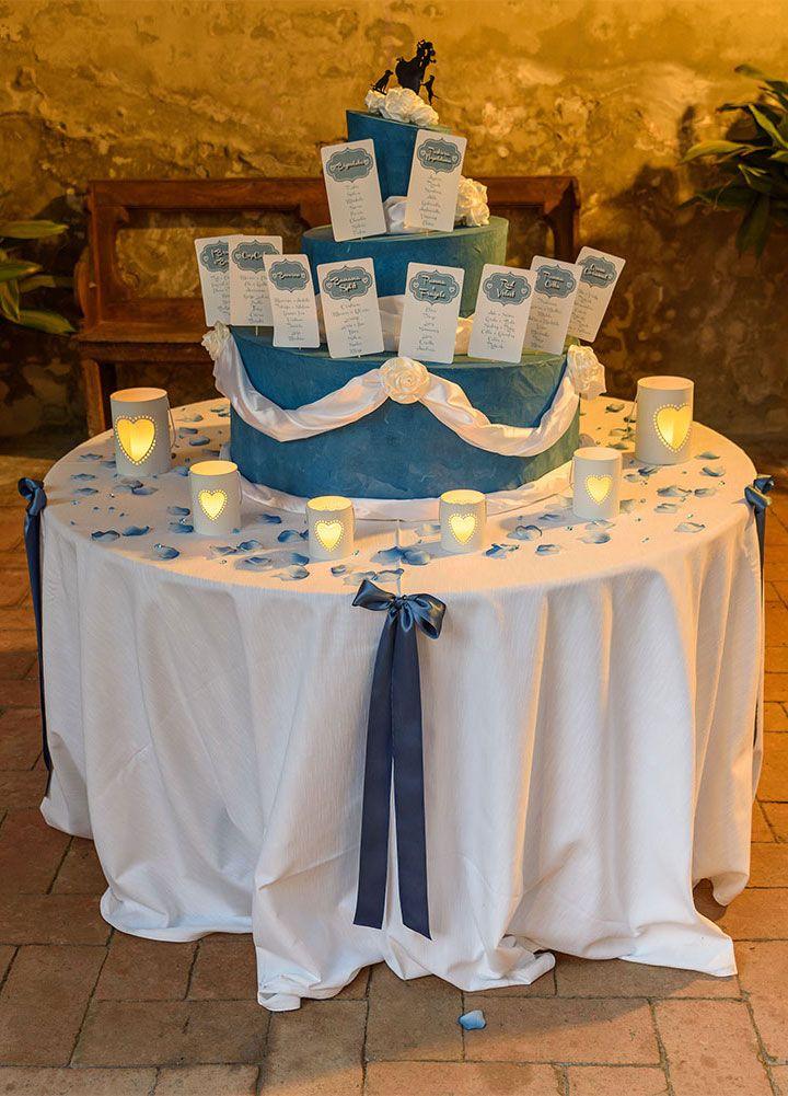 Idea Tableau matrimonio romantico blu con portacandele a forma di cuore