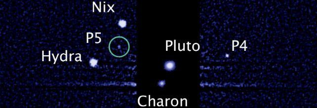 El telescopio espacial del Hubble ha descubierto una quinta luna que orbita alrededor de Plutón, el noveno planeta del sistema solar, y aumenta la curiosidad de los científicos en este sistema más complejo de lo que se pensaba. La Agencia Espacial estadounidense (NASA) anunció hoy que la quinta luna conocida de Plutón, nombrada P5, tiene forma irregular y una dimensión de entre 10 y 25 kilómetros con una órbita circular de uno 93.000 kilómetros alrededor del planeta.
