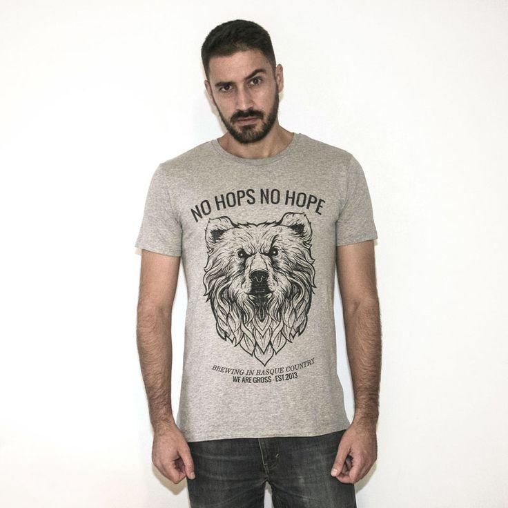 El oso de Gross con barba lupulada que aparece en nuestra solicitadas chapas ya esta en camiseta. Otro increíble diseño de Antonio Bravo.