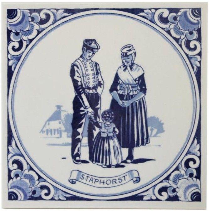 Delfts blauwe tegel met Staphorst : paar met kind in kostuum.