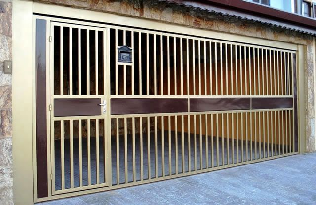 Portão Tubular Madeira EP-202 com preenchimento de metalon de aço carbono 100% galvanizado em diversos perfis. Pode conter detalhes em tubos de aço, chapa ou madeira.