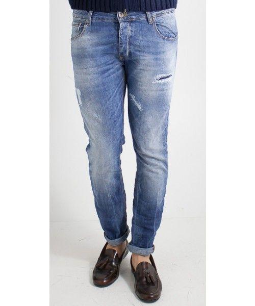 Jeans uomo dalla vestibilità regolare in cotone con strappi nella parte frontale.