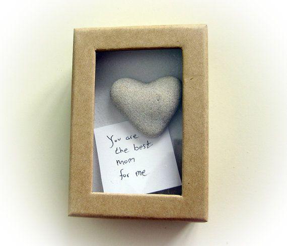 * Lassen Sie mindestens 2 Wochen für die Lieferung. Danke ~  Dies ist eine echte 100 % natürliche herzförmige Felsen in einem Karton mit Ihrem persönlichen Text. Es ist für jeden Anlass.  Box-Maßnahmen - 4 lang 2,8 breit * der Rock von dem ersten Bild wird verkauft. Sie erhalten eine weitere schöne herzförmige Felsen. Ich werde das beste Herz Form Fels wählen habe ich für Sie. Das Gestein ist rund 1,5 Zoll lang. Es ist 100 % natürlich! Es ist vom Mittelmeer Strand in Israel…