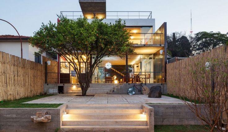 Ένα σπίτι με βιομηχανική διακόσμηση Και άμεση οπτική επαφή με τον εξωτερικό χώρο.