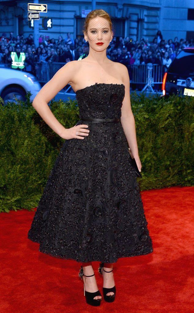 MET 2013 - Jennifer Lawrence: apesar de não ter nos surpreendidos com seu look Dior, não podemos negar que a estrela de O Lado Bom da Vida estava realmente linda com o look escolhido para a noite. Além do belo bordado do vestido, o visor veil escolhido por Jennifer deixou toda a produção mais glamurosa.
