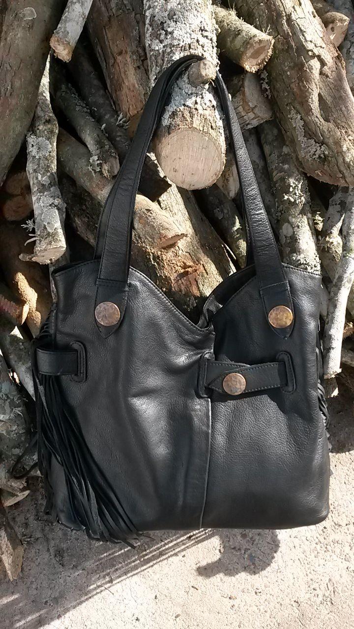 Cartera negra con flecos y detalles en metal #bags #leatherware #black