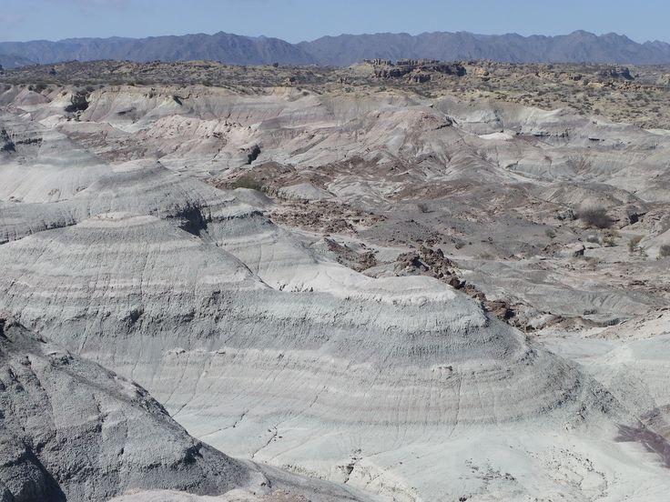 Parc provincial Ischigualasto (vallée de la Lune), Argentina#A 78 km au sud-est de Talampay, ce parc est un livre ouvert pour les paléontologues du monde entier. On le visite avec son propre véhicule, mais les conditions sont rudes : pas d'eau, une chaleur accablante dans la journée et un froid de canard la nuit. Les formations géologiques sont toutes plus abracadabrantes les unes que les autres. Stupéfiant et inoubliable.#http://urlz.fr/3gcw#Aventures Cycl'Andines#4,18,12