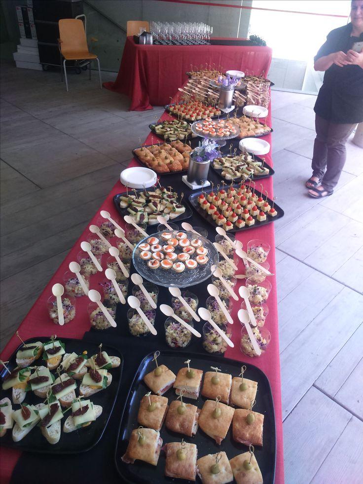 Coctel Montaditos indian, serrano squares, vasitos de coucous, pinchos de tortilla y tomate cherry, tarteletas saldas variadas