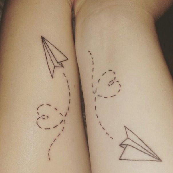 tatuajes hermanas avioncitos de papel