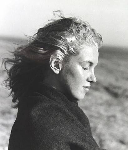 1946, photograph of 20 year old Norma Jeane Mortenson, then changed to Marilyn Monroe. Photo by Andres de Dienes. La Mort, Malibu Beach, California.