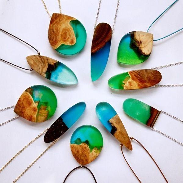 自然、古代文化、魔法、そして神話や伝説からインスピレーションを受けて製作されるハンドメイドのジュエリー・アクセサリー。銅や銀などの金属線で形作られるユニークなデザインのフレームに、綺麗な宝石やガラス玉がはめ込まれる。神話の住人気分になれるかも。古代か