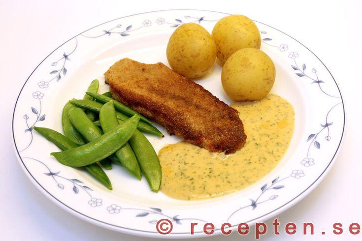 Schnitzel med sås - Enkelt recept på god panerad schnitzel med örtkryddad sås. Bilder steg för steg.
