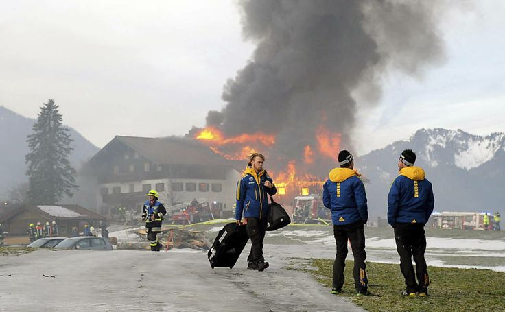 Membros da equipe de biatlo sueco evacuam prédio onde estavam hospedados após um incêndio, perto da cidade de Rupholding, na Alemanha.  Foto: Tobias Hase/Efe