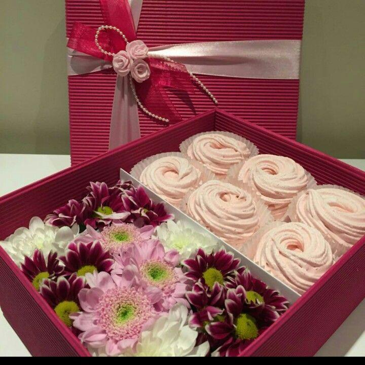 Подарочная коробка с цветами и яблочным зефиром ручной работы. Заказ www.pidu24.eu