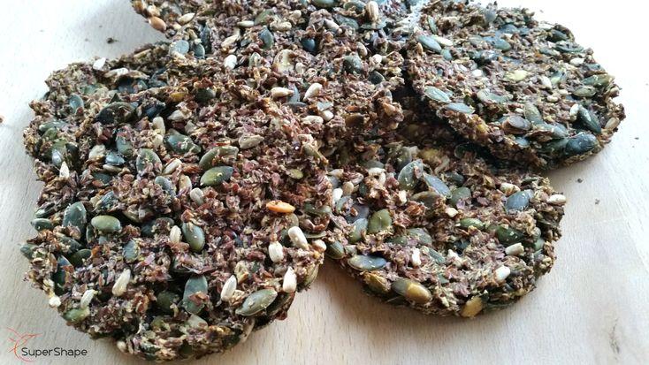 Deze koolhydraatarme lijnzaad crackers zijn een supergezonde vervanging voor brood. Ze zijn niet alleen lekker, maar ook heel gemakkelijk te maken.