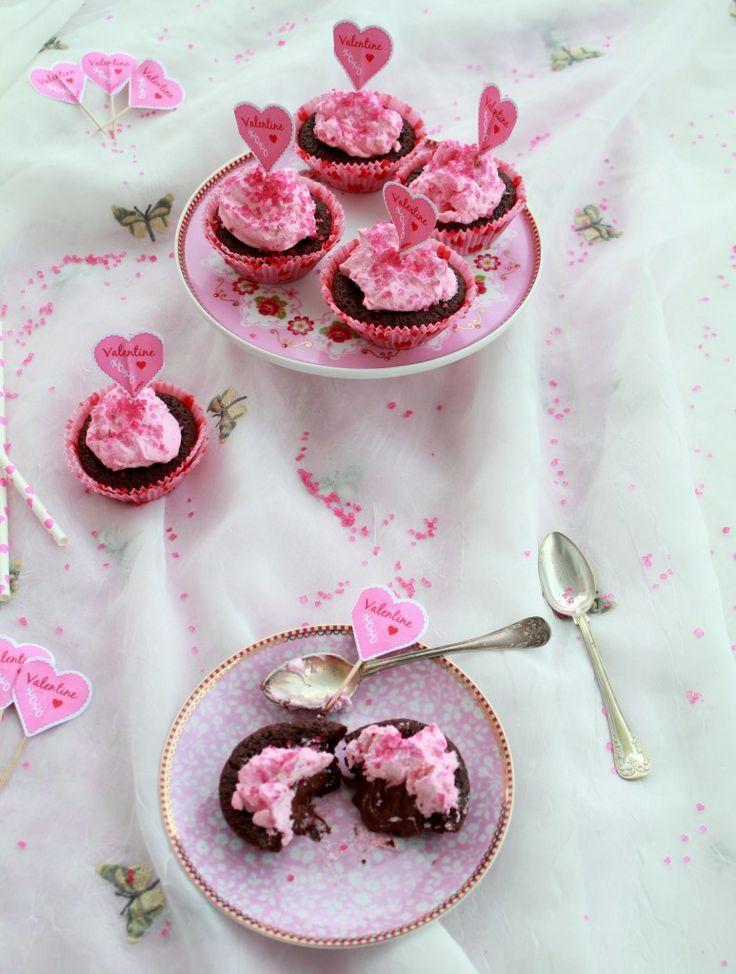 Alla hjärtans dag- temat fortsätter med massa rosa. Idag kommer ni att få ett superbra recept på barnsligt goda Kladdkakemuffins med nutellagömma. Dessa muffins är mina absoluta favoriter!  Jag...