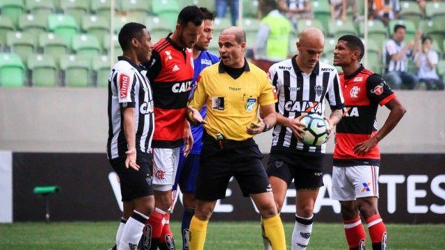 Flamengo joga mal e perde por 2 a 0 para o Atlético-MG; Trauco faz pênalti e é expulso