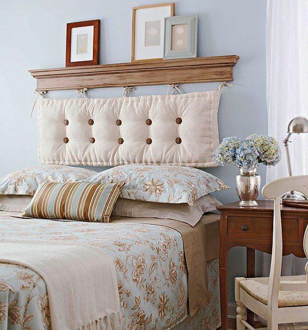 Мягкая текстильная подушка у изголовья кровати