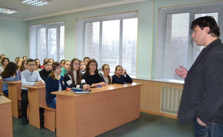 На уроці патріотизму також було показано фільми про поїздки волонтерів в зону АТО та сюжети про те, як учні білоцерківських шкіл збирають допомогу для бійців