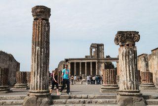 Em Pompeia, perto de Nápoles, é possível apreciar uma cidade sepultada pela explosão do Vesúvio, em 79 d.C.