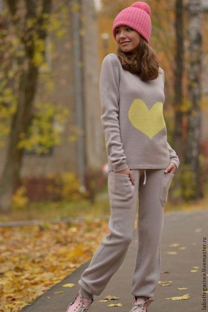 Купить или заказать Вязаный костюм  Comfort в интернет-магазине на Ярмарке Мастеров. Одни из самых интересных трендов нынешнего сезона – брюки с манжетами, комбинезоны из легкого трикотажа, уютные спортивные свитера, костюмы. Костюм выполнен из итальянской пряжи кашемир/меринос -стильный, удобный,комфортный и теплый, силуэт предельно прост и выразителен. Свитер с сердцем, свободного кроя. Брюки на манжете, в кулиске вставлен шнурок.