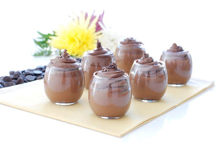 Receta de cuajada de chocolate con ganaché, la hemos decorado con una rica mezcla de nata, choco y virutas de chocolate, más fácil de hacer con Thermomix ®.