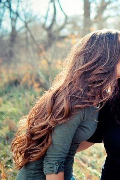 O con unas ondas semi despeinadas. | 21 Chicas que te inspirarán a dejarte el cabello largo