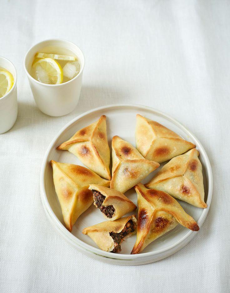 Fatayer: Knusprige Mangoldtaschen. Ein Rezept aus dem Libanon. Foto: © Vanessa Maas / Brandstätter Verlag
