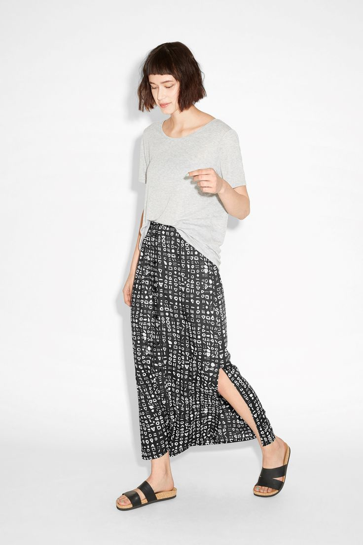 This looong and romantic button-all-the-way skirt is cut from a crazy soft and subtly textured fabric.