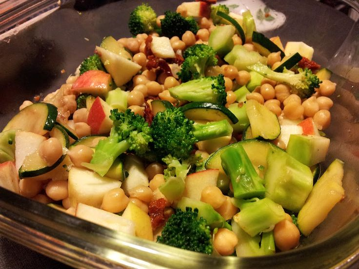 Denne lækre og fyldige salat er propfuld af gode vitaminer og derfor også velegnet til madpakken! Kikærtesalat med broccoli og sol...